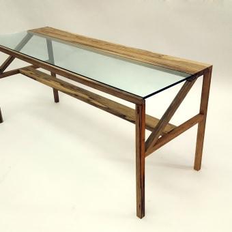 שולחן עשוי עץ אגוז אפריקאי מלא בשילוב עם זכוכית מחוסמת. מידות 125X45X60. ניתן להזמין בהתאמה אישית.