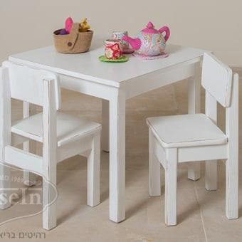 """מידות:  60/60 ס""""מ, גובה 53 ס""""מ  שולחן וכסאות לילדים מעץ מלא ליצירה של האוס אין. עשוי מ-100% עץ מלא ומחומרים טבעיים ללא רעלים. צבע השולחן והכסאות אחיד בגווני לבן, שמנת או וניל לבחירה."""