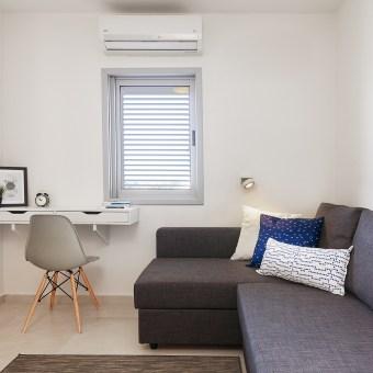 חדר שהוסב לחדר עבודה ואירוח עם ספה נפתחת