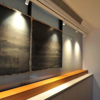 קיר חצי שקוף בין חדר רחצה לחדר ארונות