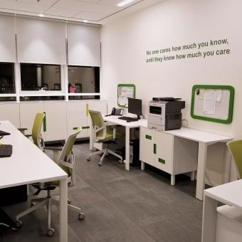 חדר צוות -עיצוב  ריהוט מותאם -כונניות בשילוב גווני ירוק  וצהבהב