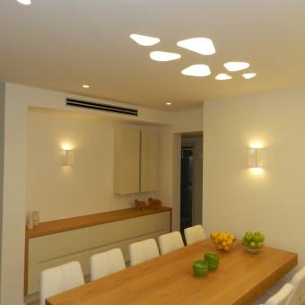 תכנון  ועיצוב שולחן  פינת אוכל וכוננית איחסון.  תכנון גוף תאורה שקוע  בצורת טיפות.