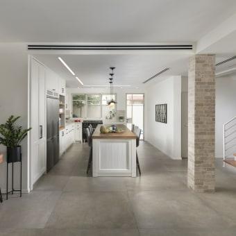 מבט מהסלון על המטבח, מדגיש את תחושת המרחב בחלל