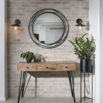 קונסולה עם מראה בקיר בים המטבח לסלון