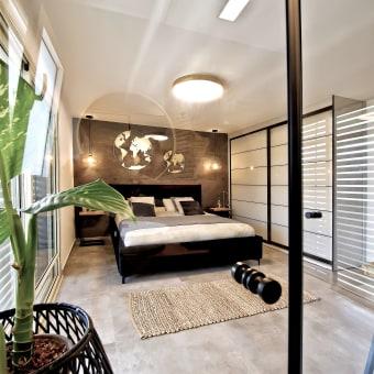 מבט מחדר הרחצה לחדר השינה