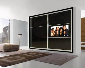 ארון הזזה המשלב טלויזיה המורכבת על דלת הזזה – כך שהטלויזיה לא גורעת משטח האיחסון של הארון ומביאה לניצול מרבי. דלת ההזזה מחוברת לשרשור מיוחד המורכב בחלק העליון של הדלת וזז ימינה ושמאלה בעת פתיחת הדלת. ארון הזזה TV טלויזיה מובנת נסתרת בזמן כיבוי התקנה מקצועית כולל שרשור לחיווט גימור מושלם ניתן לשלב במידות 32-42 אינץ אדריכלית ענבל ברקוביץ.