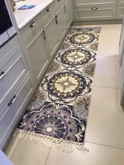 """שטיח המתאים בדר""""כ לחלל מסדרון אם כי תוכלו למצוא אותו גם כראנר על שולחן ארוך. שטיח בעל מראה של פרחים שזה עתה לבלבו המשוויצים במראם החגיגי והמלבב. הגוונים השולטים בפרחים הם כחול, תכלת עדין, חום בהיר, אפור בהיר וכהה ולבן. שטיח שמכניס תחושת רוך ונועם הביתה. שטיח מעבודת יד עשוי מצמר כבשים מאוסטרליה המאפיין את האומנות הקשמירית. אנו צובעים ביד כל חוט ומיבשים אותו בשמש. לאחר מכן, אורגים את הצמר ביד בעזרת וו גדול מיוחד הקרוי """"אארי"""" בטכניקה מעגלית, ובסוף סוגרים מאחור עם בד מכותנה חזק לשמירה והגנה לתחזוקת השטיח."""