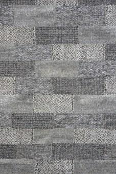 """שטיח מודרני העשוי מסיבי פוליפרופילן בגווני אפור """"סילבר"""" ובעיצוב פאצ'ים. הדימוי של חיבור בין הפיסות השונות והמשחק בין גווני האפור יוצרים מראה ייחודי, העשוי להשתלב עם ריהוט בסגנונות עיצוב שונים ולהתאים למשרד, לפינות ישיבה ולסלון."""