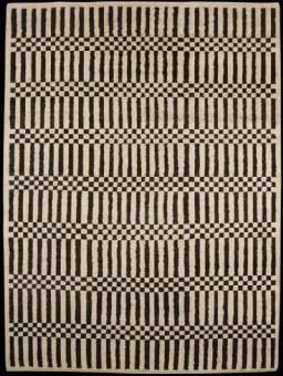השטיח נהנה מעיצוב לא קונבנציונלי ומהפנט של פסים אנכיים ומשבצות בצבעי שחור ולבן, אשר משווה לו מראה עדכני במיוחד.  ניתן להזמין מראש בכל גודל רצוי.  מידות קיימות 1.80X2.70 1.90X2.80