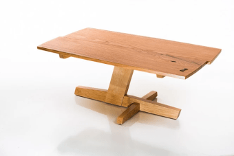 """למכירה - כרגע במלאי שולחן מאלון ומייפל אורך-102, רוחב-58, גובה-40 ס""""מ הזווית ברגל והפלטה המחולקת יוצרות תחושה של תנועה."""