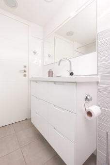 """ארון אמבטיה מרחף עשוי מסנדוויץ' איכותי וחזיתות בצבע בתנור בגוון לבן שלג.פתיחת המגירות ע""""י ידית אינטגרלית שנעשית בכרסום מיוחד.את הארון ניתן לקבל עם משטח עליון משיש כמו בתמונה או מעץ."""
