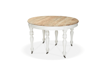 """שולחן אוכל עגול מעץ ארז ממוחזר, צבוע בגוון אלון טבעי. רגליים מעץ צפצפה צבועות בלבן.  מידות: קוטר: 124 ס""""מ גובה: 78 ס""""מ הגדלה: 4*50 ס""""מ"""