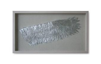 """.מסגרת עץ אורן דוגמת נוצות – כנף ימין.. צבע: כסף. מידות: 90*50 ס""""מ"""
