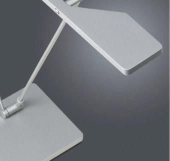מנורת שולחן בעלת תאורת LED חזקה מבית המותג האיטלקי ARTEMIDE. גוף התאורה מתכוונן ומתאים בעיקר לשולחן עבודה בבית או במשרד.