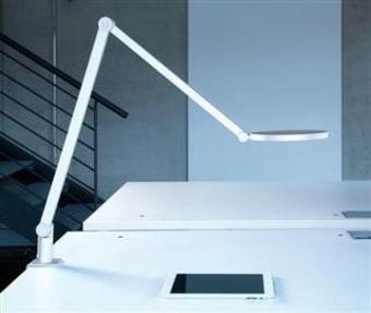מנורת שולחן מקסימה, בעלת אהיל פליסה העשוי מחומר אקרילי נוקשה. מתאימה במיוחד לשולחנות עבודה או לצד מיטה.