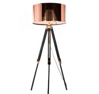 מנורת ה MELAMPO של חברת ARTEMIDE האיטלקית, מהמותגים המובילים בעולם התאורה, מתאימים לכל מי שאוהב אור מדויק לצרכיו השונים – קריאה, פתירת תשבץ, עבודה דקדקנית וכדומה. אהיל המנורה מתכוונן בקלות וניתן להזיזו בהינף יד ממצב ישר למצב אלכסון ובכך להתאים את מקור האור לנוחיות המשתמש. יש עוד… כאשר האור דולק, האהיל העשוי בד סאטן משנה את צבעו מכסוף ללבן ומפזר אור נעים ורך, ממוקד מטרה. MELAMPO מגיעה כמנורה שולחנית, מנורה צמודת קיר ומנורה עומדת. המנורה מצוינת לצד המיטה או הטלוויזיה, והיא בהחלט מעצימה את חווית הקריאה או הצפייה בטלוויזיה. הקולקציה מגיעה בגוונים של ברונזה וכסף.