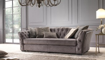 מתצוגה     ספה תלת מושבית עם שולחן תואם