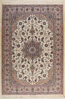 שטיח שמקורו בעיר אספהן שבמרכז פרס, השטיח נארג בחוטי צמר על בסיס משי לרוב, מה שמעניק לשטיח צפיפות גבוהה. השטיח מיוצר לרוב בגוונים של בז' בשילוב צבעי פסטל, אדום וכחול.