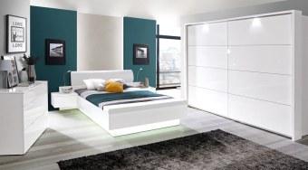 חדר שינה מודרני עם תאורה Starlet מיטה עם תאורה מעוצבת בסגנון מודרני עם תוספת ארגז-הדום, שידות וראש מיטה. קומודה עם מראה, מגירות שמצוידות במנגנוני פתיחה שקטה וציפוי עם מראה מלוטש ויוקרתי.