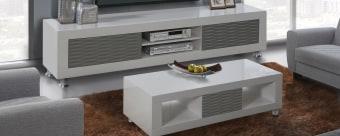 מערכת מושלמת לסלון הכוללת מזנון ושולחן. המערכת עשויה משילוב של עץ ואם די אף ובעלת צבע לבן. המגירות בשולחן ובמזנון – אפורות. הצביעה הלבנה הינה צביעה אפוקסית מבריקה. היא נעשתה בהתזה בכמה שלבים, בטמפרטורה גבוהה ובלחץ. זהו תהליך מורכב ומושקע שבסופו מתקבלת תוצאה מרהיבה – צבע לבן מבריק, מיוחד ובולט לעין. המגירות בשולחן ובמזנון הן בצבע אפור ובעיצוב גלים. בשולחן יש מגירה אחת ובמזנון יש שתי מגירות. הן נעות על מסילות מתכת איכותיות ובעלות סגירה שקטה. בחלק המרכזי של המזנון יש מדף שיוצר שתי קומות לממירים ולשאר המכשירים. רגלי השולחן והמזנון עשויות מניקל