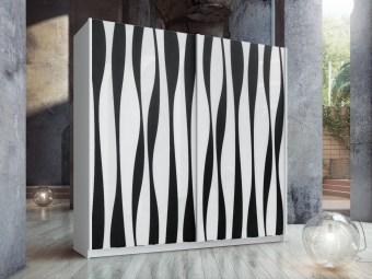 """ארון הזזה בעל שתי דלתות גדולות עשויות זכוכית בגוון לבן מבריק עם הדפס פסים אמורפיים לאורכן בצבע שחור מט. צבע הארון החיצוני בתמונה הוא לבן.  המחיר המוצג הוא לרוחב ארון של 180 ס""""מ,  דלתות ארון עם מנגנון טריקה שקטה. מסילות אלומיניום חיצוניות באיכות הגבוהה ביותר."""