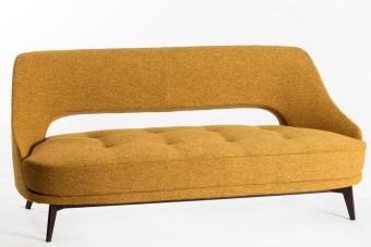 """ספה תלת מושבית דגם SF-09  שלד חום  ריפוד בצבע חרדל עם תפר  2 כריות צבע אופוויט  מידות: 180/86/80ס""""מ"""