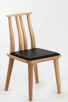 כסא עץ דגם WD-S101  שלד עץ טבעי  ריפוד דמוי עור שחור