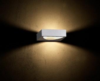 צמוד קיר לשימוש תאורת פנים. מקור אור 3W לד.   מיוצר מאלומיניום.   זמין בצבע לבן.