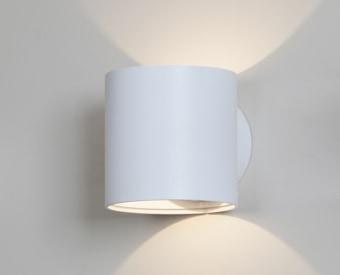 צמוד קיר לשימוש תאורת פנים. מקור אור 7W לד Bridgelux.   מיוצר מאלומיניום.   זמין בצבע לבן.