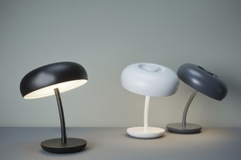 מנורת רצפה עומדת, עשויה מזכוכית שעליה יש פסים שיוצרים על המנורה מעין רשת. מגיעה בצבעים: לבן או קריסטל עם פסים שחורים.  הגדרה: כללי  צורה: לא מוגדר  פנים \ חוץ: פנים  סוג התקנה: עמוד  מק''ט ספרה: ria00-vi00162  שם מוצר: YUBA  חברה: VISTOSI  עיצוב:  ,Paolo Crepax