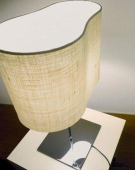 מנורת שולחן עומדת עשויה מקרבון. בסיס המנורה עשוי מאלומיניום צבוע בשחור. החלק הפנימי של המנורה מגיע בשלושה צבעים שונים: שנהב, סגול או כתום.  הגדרה: כללי  צורה: עיגול  פנים \ חוץ: פנים  סוג התקנה: עמוד  מק''ט ספרה: si00-kr000001  שם מוצר: HALF MOON  חברה: KARBOXX  עיצוב:  ,Enrico Franzolini&Vicente Garcia Jimenez