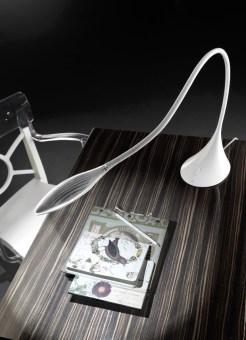 מנורת שולחן עומדת עם הדפס ג'ינס. מבנה המנורה בעל 3 מימדיםממתכת בצבע לבן או שחור.  הגדרה: כללי  צורה: לא מוגדר  פנים \ חוץ: פנים  סוג התקנה: עמוד  מק''ט ספרה: sia00-ml000058  שם מוצר: JEANS  חברה: MOLTO LUCE  עיצוב:  ,IN HOUSE