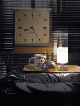 מנורת שולחן ALSACIA אלגנטית בעיצובה. עשויה בד ועליו מונח חלק מתכת אשר אחראי על פיזור האור בצורה מיוחדת.  המנורה היא חלק מסדרת מנורות, ניתן להשיג כמנורת רצפה עומדת, מנורת תליה, מנורת קיר או מנורת תקרה צמודה.  הגדרה: כללי  צורה: לא מוגדר  פנים \ חוץ: פנים  סוג התקנה: עמוד  שם מוצר: ALSACIA  חברה: LEDS-C4  עיצוב:  ,LEDS C4