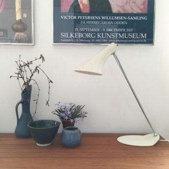 מנורת שולחן עומדת משילוב של חומרים, עץ אלון ואלומיניום מלוטש.  מנורת ה MY היא מנורת לד בעיצוב מיוחד של חברת TOBIAS הגרמנית.  ניתן להשיג אותה בשני גדלים.  הגדרה: כללי  צורה: עיגול  פנים \ חוץ: פנים  סוג התקנה: עמוד  מק''ט ספרה: sia00-tg00030  שם מוצר: MY  חברה: TOBIAS GRAU  עיצוב:  ,Tobias grau