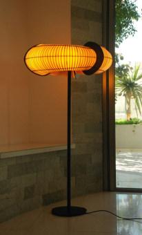 """מנורה צמודת תקרה וקיר, עשויה מתכת, בצורת """"פריסבי"""" שממרכזו מופץ האור. בצבעים: לבן ואפור.  הגדרה: כללי  צורה: עיגול  פנים \ חוץ: פנים  סוג התקנה: צמוד  מק''ט ספרה: tkiz00-lu00020  שם מוצר: ECLIPSE  חברה: LUCENTE  עיצוב:  ,Dodo Arslan"""