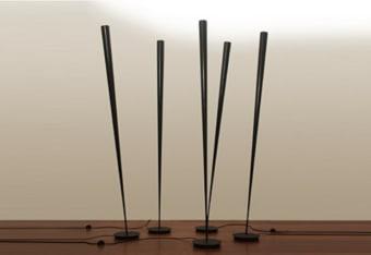 מנורת רצפה עומדת חדשה של חברת VISTOSI.  מנורה שמשלב שני סגנונות. קלאסי ומודרני. שילוב של זכוכית לבנה או אפורה מבריקה עם עץ אגוז.  הגדרה: כללי  צורה: לא מוגדר  פנים \ חוץ: פנים  סוג התקנה: עמוד  שם מוצר: TREPAI  חברה: VISTOSI  עיצוב:  ,Favaretto & Partners