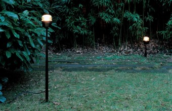 מנורת רצפה BAMBOO עשויה משילוב של מתכת עם עץ. והאור מופץ בתוך החריצים.  המנורה היא חלק ממשפחה של מנורות תליה.  הגדרה: כללי  צורה: לא מוגדר  פנים \ חוץ: פנים  סוג התקנה: עמוד  שם מוצר: BAMBOO  חברה: LEDS-C4  עיצוב:  ,Gemma Bernal