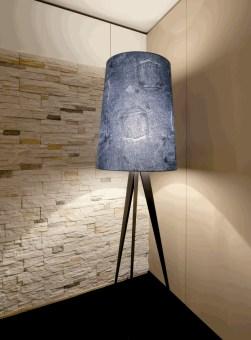 מנורת רצפה עומדת COPE היא חלק מסדרה שלמה. מנורה זו מורכבת מאוד ליצור ומאוד מיוחדת.  עמוד המנורה מתכוונן למעלה ולמטה ולכן יכולה להתאים לגבהים שונים.  גוף המנורה מסתובב סביב צירו. מנורה זו הפכה לאייקון של החברה.  ניתן להשיג בצבעים של לבן או שחור.  הגדרה: כללי  צורה: כיפה  פנים \ חוץ: פנים  סוג התקנה: עמוד  שם מוצר: COPE  עיצוב:  ,Joe Colombo