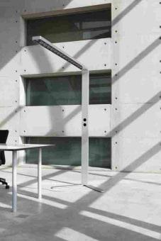 מנורת רצפה עומדת בצורת גליל. עשויה משני חלקים של זכוכית מנופחת.  החלק שממנו יוצא האור עשוי זכוכית מנופחת בצבע שקוף והחלק השני עשוי זכוכית בצבע שחור מבריק.  המנורה מגיעה עם דימר שבאמצעותו ניתן לווסת את עוצמת האור.  מגיע בצבע שחור.  הגדרה: כללי  צורה: גליל  פנים \ חוץ: פנים  סוג התקנה: עמוד  מק''ט ספרה: ria00-vi00191  שם מוצר: SMOKING  חברה: VISTOSI  עיצוב:  ,Paolo Crepax