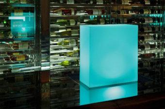 מנורה רצפה עומדת, עשויה מזכוכית מנופחת בצורת בלון פתוח. בצבעים: לבן, ירוק בהיר ותכלת  הגדרה: כללי  צורה: לא מוגדר  פנים \ חוץ: פנים  סוג התקנה: עמוד  מק''ט ספרה: ria00-vi00135  שם מוצר: VEGA  חברה: VISTOSI  עיצוב:  ,Michele De Lucchi con Alberto Nason