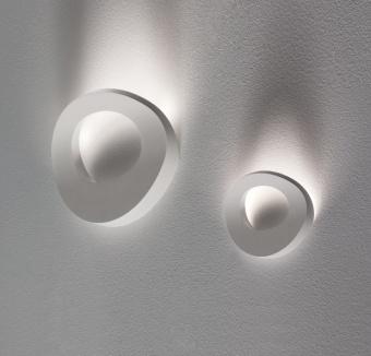 מנורת צמודת קיר עשויה מבד. המנורה מעוצבת כגלים של ים היוצרים משחק של אור וצל. צבעים: לבן, אדום או שחור.  הגדרה: כללי  צורה: לא מוגדר  פנים \ חוץ: פנים  סוג התקנה: צמוד  מק''ט ספרה: kiz00-kr000125  שם מוצר: OCEAN  חברה: KARBOXX  עיצוב:  ,Brian Rasmussen