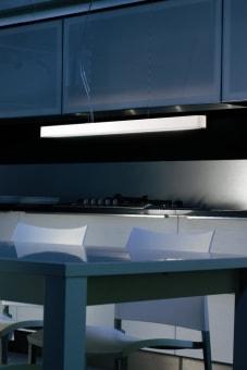מנורת תקרה צמודה UKIYO היכולה לשמש גם כמנורת קיר צמודה. עשויה ממסגרת  מתכת שעליה מולבשות שתי שכבות של בד חסין בפני אש.  ניתן להסיר ולכבס את הבד.  ניתן להשיג בשלש ורסיות: רקע לבן + רשת לבנה, רקע כתום+ רשת שחורה, רקע לבן + רשת שחורה.  הגדרה: כללי  צורה: ריבוע  פנים \ חוץ: פנים  סוג התקנה: צמוד  שם מוצר: UKIYO  חברה: AXO LIGHT  עיצוב: