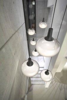 מנורת תקרה תלויה CRATER עשויה אלומיניום צבוע שחור עם פנים זהב.  הגדרה: כללי  צורה: פעמון  פנים \ חוץ: פנים  סוג התקנה: תלוי  שם מוצר: CRATER  עיצוב: