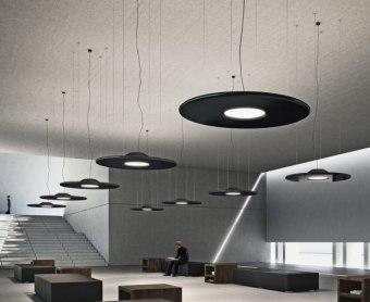 מנורת תקרה תלויה, עשויה זכוכית מנופחת בצורת בלון מוארך, עם גמור ניקל. בצבע לבן שקוף.  קישור לסרטון ייצור המנורה  הגדרה: כללי  צורה: טיפה  פנים \ חוץ: פנים  סוג התקנה: תלוי  מק''ט ספרה: tit00-vi00037  שם מוצר: LACRIMA  חברה: VISTOSI  עיצוב:  ,Paolo Crepax
