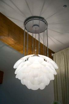 מנורה צמודת תקרה. מנורה בצורת כדור פתוח, עשויה זכוכית מנופחת. מנורה בסגנון רטרו שנות ה-70. צבעים: ירוק, לבן וכתום.  הגדרה: כללי  צורה: כדור  פנים \ חוץ: פנים  סוג התקנה: תלוי  מק''ט ספרה: tit00-lu00115  שם מוצר: NOA  חברה: LUCENTE  עיצוב:  ,Lucente Lab
