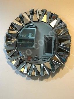 """מראה קריסטל עגולה עם מסגרת עשויה מראות בחיתוכי לייזר.   מידות: קוטר 80 ס""""מ"""