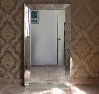 תיאור: מראה קריסטל מלבנית העשויה עץ מחופה מראה עם מסגרת מראה.   מידות: 180X90   + ניתן לתלות לאורך ולרוחב