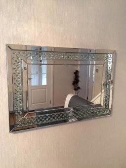 מראה קריסטל מלבנית עשויה מסגרת מראה עם אבני קריסטל המודבקים בתוך הזכוכית.   מידות: 110X70   + ניתן לתלות לאורך ולרוחב