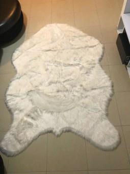 שטיח עשוי פרווה סניטטית עם שיער ארוך ונעים למגע.   מידה: 220X150