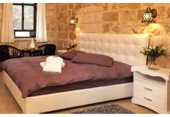 """מידע כללי: חדר שינה הכולל מיטה זוגית, 2 שידות, קומודה ומראה גדולה, ניתן להזמין את החדר שינה במידות ועיצוב בהתאמה אישית. המחיר מתייחס למיטה זוגית למזרן במידות: 140/190 ס""""מ. המחיר לא כולל מזרן, אופציה לארגז מצעים בתוספת תשלום, ניתן להזמין מיטה מותאמת למזרנים מתכווננים ולמיטה יהודית . הוראות שימוש וטיפול: לנגב במטלית יבשה או לחה . ארץ יצור: תוצרת כחול לבן"""